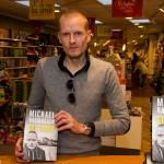 08-11-2013 Michael Rasmussen på besøg i Bog og Ide i Holbæk for at signere sin nye bog Gul Feber, og snakke om den.